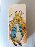 peter Rabbit mini-blikje Peter in de schuur_